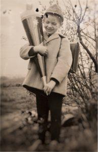 Antikes Foto eines Jungen mit Schultüte.