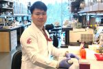 Jun Seok Son sitzt im Labor