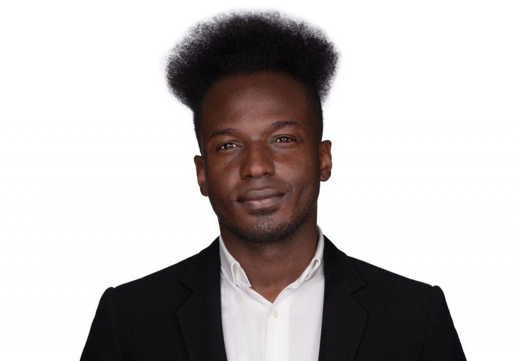 Ein junger Mann mit weißem Hemd und schwarzem Sacko